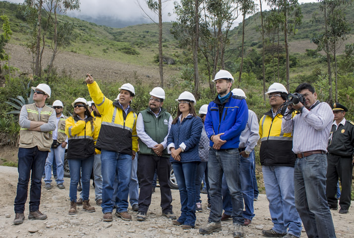 Equipo de la concesionaria Telecabinas Kuélap, conformado por ICCGSA y POMA, explican a la ministra los avances de las obras. | The team of the Telecabinas Kuelap concessionaire conformed by ICCGSA and POMA explains the Minister about the project's progress.