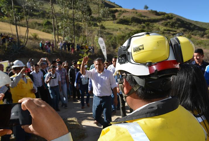 Presidente Humala es recibido por los más de 320 colaboradores locales, el equipo ICCGSA y profesionales de diversas nacionalidades que participan en este proyecto. | President Ollanta Humala is received by the more than 320 local partners, the ICCGSA team and professionals of different nationalities participating in this project.