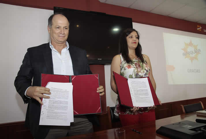 Firma del contrato entre ICCGSA y el Gobierno Regional de Arequipa.  | Signing of contract for the execution works in section III of Uchumayo detour